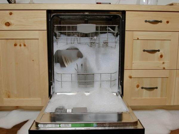 علت ماندن کف در ماشین ظرفشویی و راه بر طرف کردن آن
